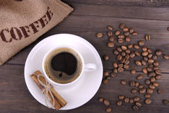 Koffiekop, bonen en jutezak Stock Fotografie