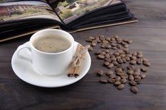 Koffiekop, bonen en kaneel Royalty-vrije Stock Foto's