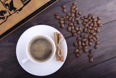 Koffiekop, bonen en kaneel Royalty-vrije Stock Fotografie