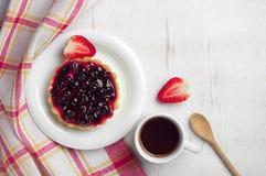 Koffiekop, cake met zwarte bessen en aardbei Stock Foto's