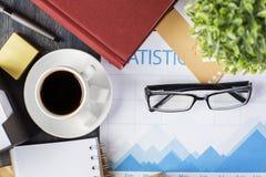 Koffiekop en bedrijfsrapport Stock Foto