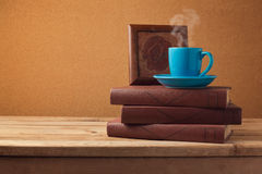 Koffiekop en boeken op houten uitstekende lijst over retro achtergrond Royalty-vrije Stock Foto