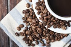 Koffiekop en bonen op het hout Stock Afbeeldingen