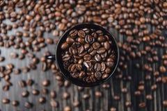 Koffiekop en bonen op houten achtergrond Hoogste mening Royalty-vrije Stock Fotografie