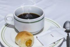 Koffiekop en broodje Stock Afbeeldingen