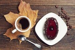 Koffiekop en chocoladecake met kersengelei Royalty-vrije Stock Afbeeldingen