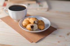 Koffiekop en croissant op houten achtergrond Royalty-vrije Stock Foto