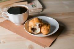 Koffiekop en croissant op houten achtergrond Stock Fotografie
