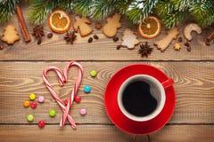 Koffiekop en het decor van het Kerstmisvoedsel op houten achtergrond Royalty-vrije Stock Foto's