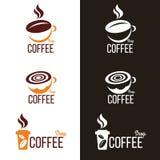 Koffiekop en het embleem vector vastgesteld ontwerp van de Koffieboon royalty-vrije illustratie