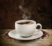 Koffiekop en houten lijst donkere achtergrond (het knippen weg). Royalty-vrije Stock Foto