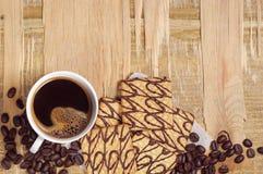 Koffiekop en koekjes op oude lijst Stock Foto