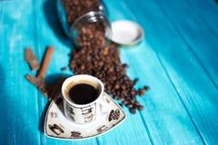 Koffiekop en koffie in boutle Stock Foto's