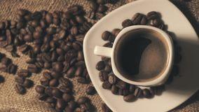 Koffiekop en koffiebonen stock videobeelden
