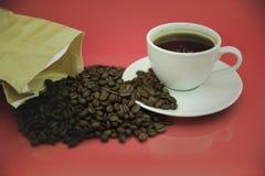 Koffiekop en koffiebonen Stock Foto