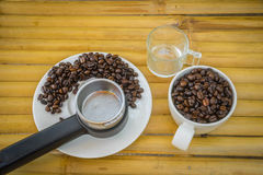 Koffiekop en koffiebonen op bamboeachtergrond Stock Foto