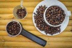 Koffiekop en koffiebonen op bamboeachtergrond Royalty-vrije Stock Afbeelding