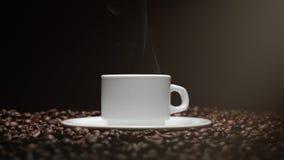 Koffiekop en koffiebonen Witte Kop van het stomen van koffie met geroosterde bonen rond het stock video