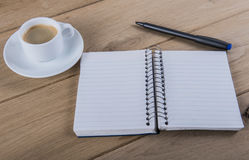Koffiekop en notitieboekje Stock Foto's