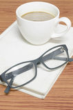 Koffiekop en notitieboekje met glazen Royalty-vrije Stock Fotografie
