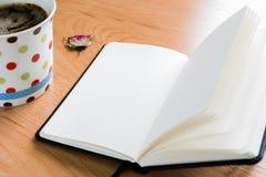Koffiekop en Notitieboekje op Houten Lijst met Exemplaarruimte royalty-vrije stock fotografie