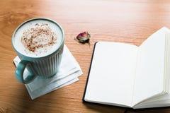 Koffiekop en Notitieboekje op Houten Lijst met Exemplaarruimte royalty-vrije stock afbeeldingen