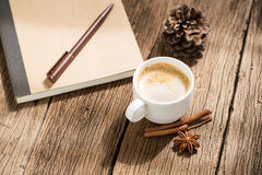 Koffiekop en pijpjes kaneel Royalty-vrije Stock Fotografie