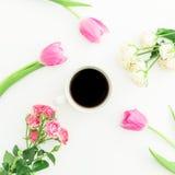 Koffiekop en roze tulpen met rozen op witte achtergrond Vlak leg, hoogste mening Stock Afbeeldingen