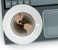 Koffiekop en schotel met een bol op computertoetsenbord Stock Fotografie