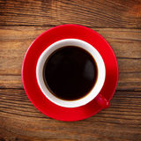 Koffiekop en schotel op de houten mening van de lijstbovenkant Donkere achtergrond Het concept van de koffie Selectieve nadruk Royalty-vrije Stock Afbeelding