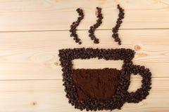 Koffiekop en stoom van bonen Royalty-vrije Stock Afbeelding