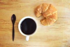 Koffiekop en verse gebakken croissants op houten achtergrond bovenkant Royalty-vrije Stock Afbeelding