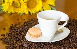 Koffiekop en zonnebloemen Stock Foto
