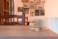 Koffiekop in het binnenland van de koffiewinkel Stock Afbeelding