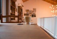 Koffiekop in het binnenland van de koffiewinkel Royalty-vrije Stock Afbeeldingen