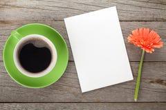 Koffiekop, lege document en gerberabloem Royalty-vrije Stock Foto