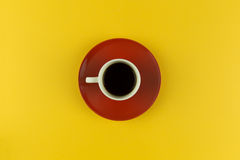 Koffiekop lucht op heldere gele achtergrond Royalty-vrije Stock Foto