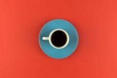 Koffiekop lucht op heldere oranje achtergrond Stock Afbeeldingen