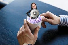 Koffiekop met bedrijfsvrouw Stock Afbeeldingen