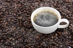 Koffiekop met bonen Stock Foto