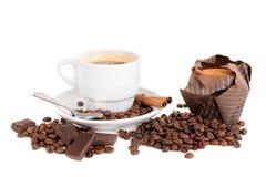 Koffiekop met bonen en muffin Stock Afbeeldingen