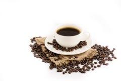 Koffiekop met bonen op hennepzak Royalty-vrije Stock Afbeeldingen