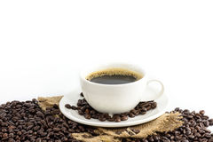 Koffiekop met bonen op hennepzak Stock Foto