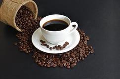 Koffiekop met bonen op keukenlijst Royalty-vrije Stock Foto