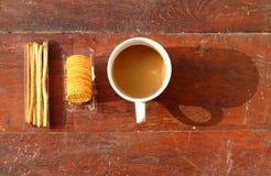 Koffiekop met cracker Stock Afbeeldingen