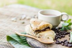 Koffiekop met croissant en coffe bonen Royalty-vrije Stock Afbeeldingen