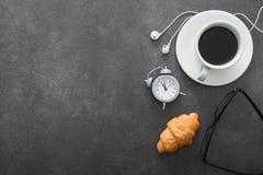 koffiekop met croissant en wekker, zwarte witte glazen, Stock Foto's