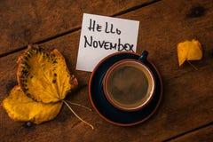 Koffiekop met de herfstbladeren Royalty-vrije Stock Foto