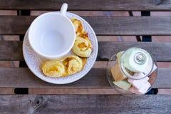 Koffiekop met gebakjes en snoepjes op houten lijst Royalty-vrije Stock Fotografie