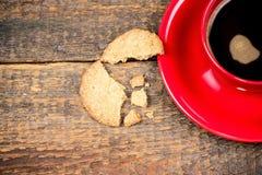 Koffiekop met gebarsten koekje Stock Foto